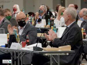 Applaus von der CDU-Fraktion auch für ihren Bürgermeister-Kandidaten Ulrich Monegel (re.) nach der Wahl.