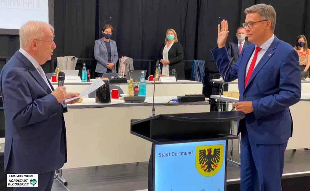 Alterspräsident Manfred Sauer vereidigte den neuen OB Thomas Westphal. Fotos: Alex Völkel