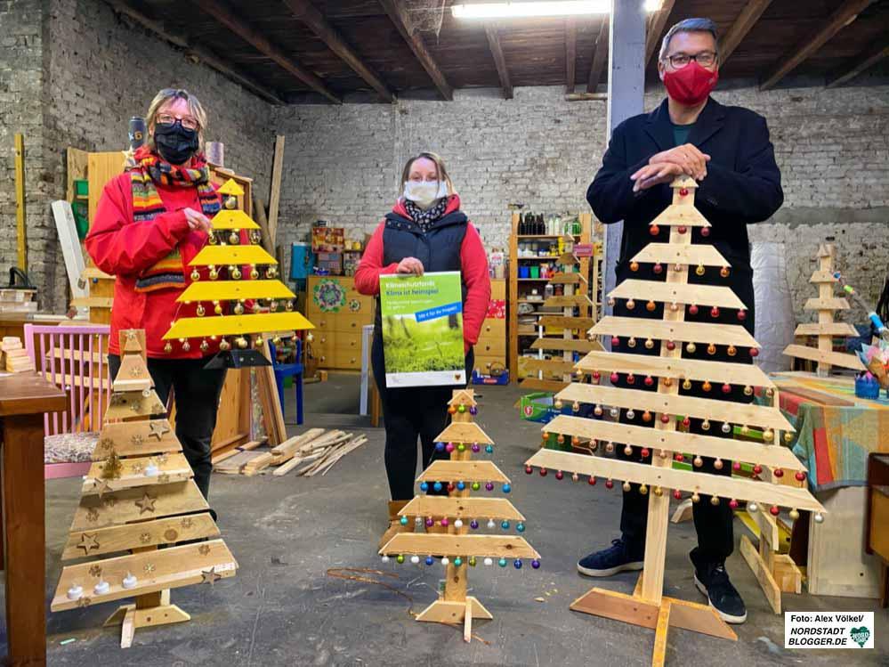 Ein Lattenrost wird zum Tannenbaum: Katja Schneider und Jennifer Kremer, OB Thomas Westphal.
