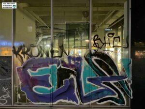 Der Leerstand im Westfalenforum ist offensichtlich - ein Blick in die verschmutzten Schaufenster.