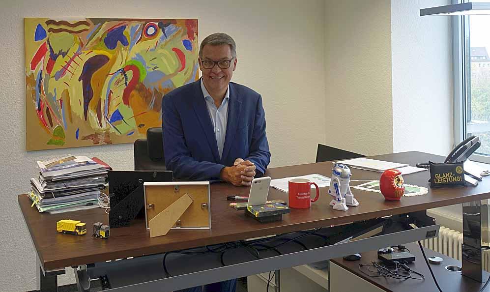 Hinter dem eher spartanisch wirkenden Schreibtisch im bereits eingerichteten Arbeitszimmer in der 4. Etage hängt ein von Thomas Westphal selbstgemaltes Bild.