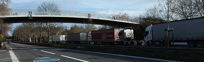 Parkende und rangierende LKW verursachen Gefahr an der Brackeler Straße – Sofortlösung mit mobilen Schutzelementen