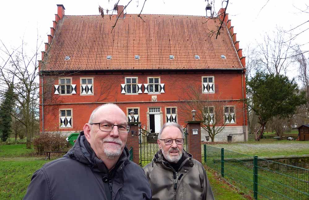 Matthias Hüppe (links) und Meinolf Schwering vor dem Haus Wenge in Lanstrop. Foto: Susanne Schulte
