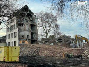 Der Abriss des ehemaligen Brüderkrankenhauses (Altbau der Anne-Frank-Gesamtschule) ist abgeschlossen. Foto: Alex Völkel