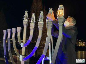 Auch OB Thomas Westphal entzündete eine der Kerzen am Chanukka-Leuchter.