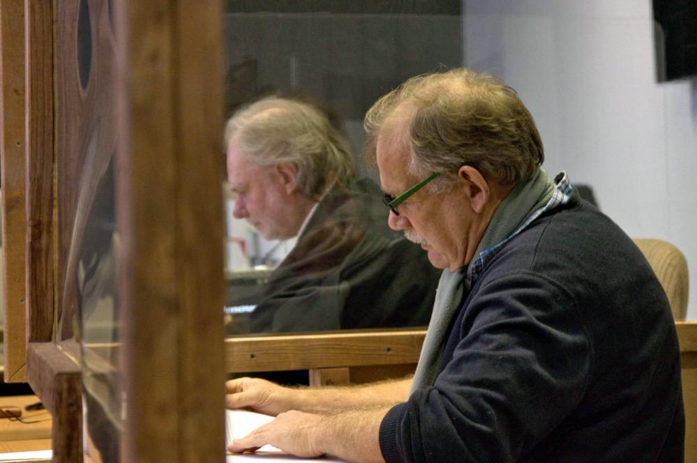 Klaus Schäfer - in Hintergrund sein Anwalt André Picker - klagt vor dem Verwaltungsgericht. Foto: David Peters