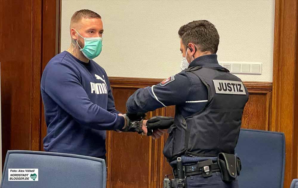 Vor dem Landgericht hat die Berufungsverhandlung gegen Neonazi Steven F. begonnen - sechs Verhandlungstage sind angesetzt. Fotos: Alex Völkel