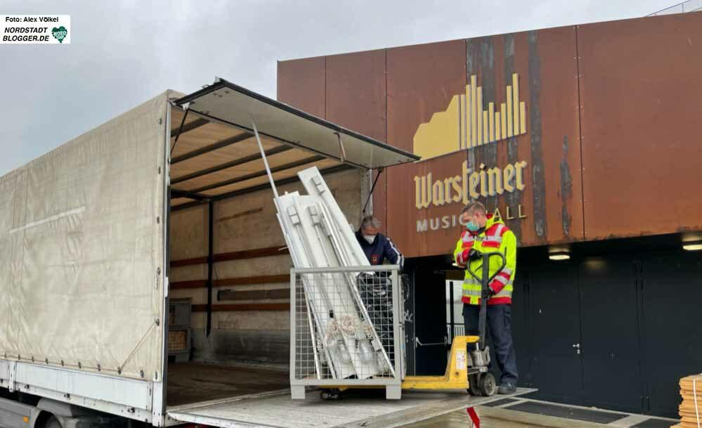 """Die Feuerwehr hat mit dem Aufbau des Impfzentrums in der """"Warsteiner Music Hall"""" begonnen. Fotos: Alex Völkel"""