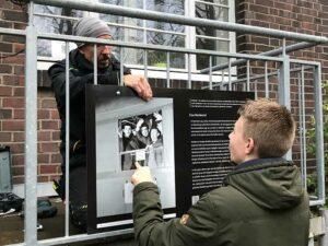 Heike Kollakowski mit der Infotafel, die am Eingang zum Italienverein im Depot angebracht wurde.