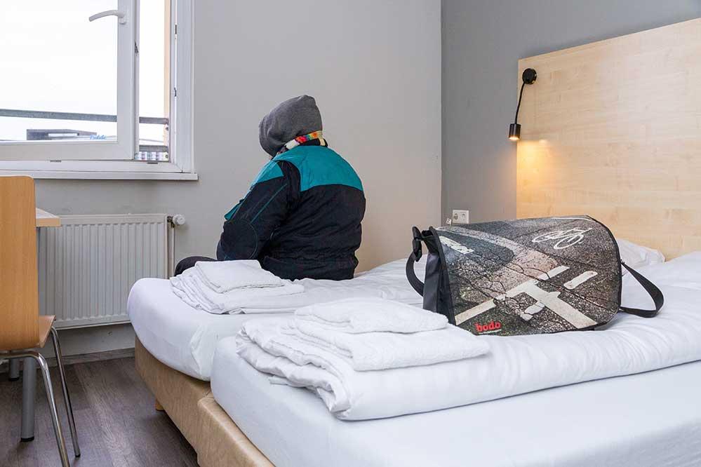 In einem innerstädtischen Hotel stehen zunächst zehn Einzel- und Doppelzimmer zur Verfügung, um besonders vulnerable Menschen unterzubringen, die für die bestehenden Unterbringungsformate nicht in Frage kommen.