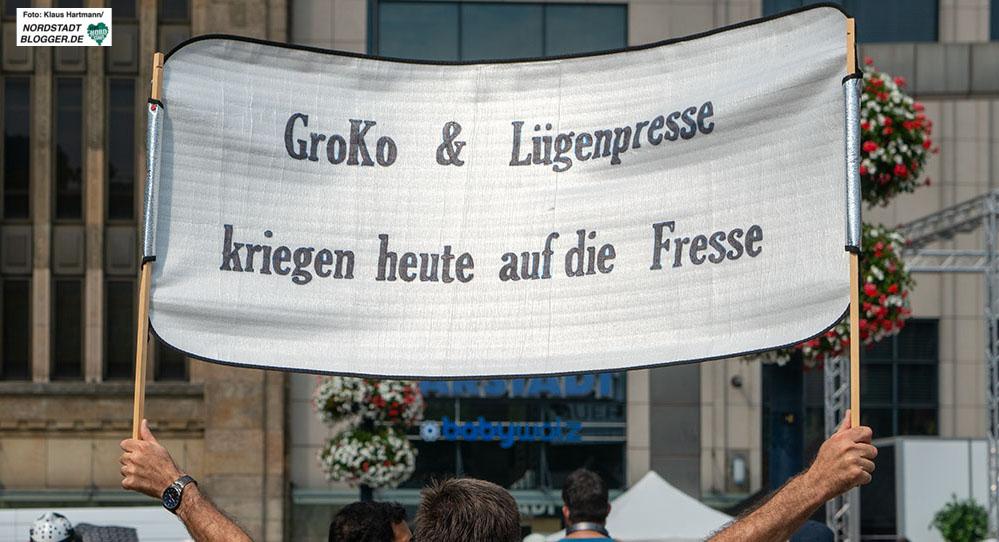 Corona-Demo: Groko und Lügenpresse kriegen heute auf die Fresse, steht auf diesem Transparent. Foto: Klaus Hartmann