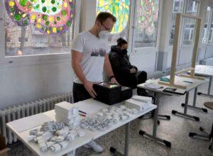 Die Lehrkräfte mussten die Geräte konfigurieren und die Ausgabe organisieren. Foto: P. Stratmann