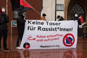 """Die Anarcho-Kommunistische-Organisation """"Die Plattform"""" wirft der Polizei Rassismus vor. Foto: David Peters"""