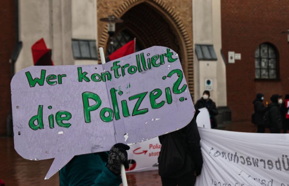 Die Teilnehmenden der Kundgebung beäugen die Polizei kritisch - u.a. wegen Videoüberwachung und der Einführung von Tasern. Foto: David Peters