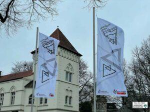 Erstmals wehten die neuen Fahnen am Wilhelmplatz, die ein Zeichen gegen Antisemitismus setzen. Fotos: Alex Völkel