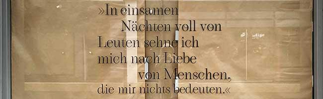 """""""Die Welt auf einer Scheibe"""": Kreative Textbilder in freien Schaufenstern in der Dortmunder City erzählen Geschichten"""