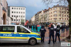 Die Polizei war bei der Kundgebung Thema, Kritikpunkt und Beschützer. Foto: Leopold Achilles