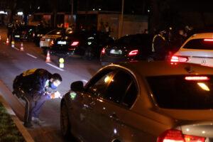 Die Polizei nahm die Fahrzeuge sehr genau unter die Lupe. Foto: Karsten Wickern