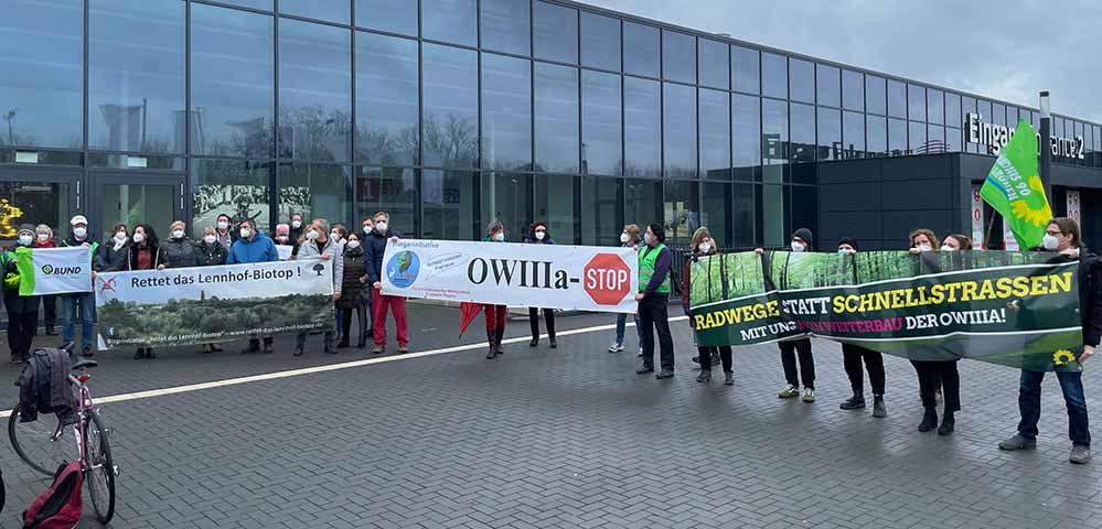 Vor dem Ausschuss machten Umweltverbände, Anwohner*innen und Parteien Druck für einen Planungsstopp. Foto: Alex Völkel