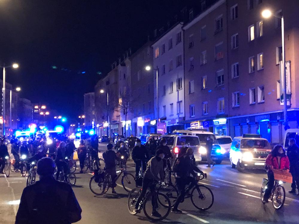 """Hunderte Radfahrer*innen erschwerten den Impfgegner*innen die """"Spazierfahrt"""". Foto: Karsten Wickern"""