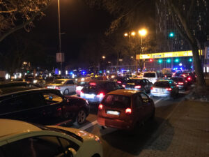 Autos stehen im Stau vor Polizeiabsperrung
