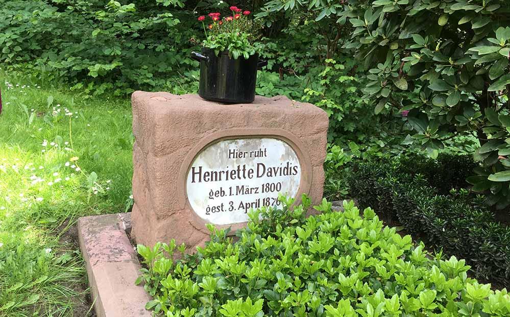 Eine Blume in einem Kochtopf als Grabschmuck für das Grab von Henriette Davidis auf dem Ostfriedhof. Fotos: Stadt Dortmund