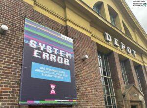 """""""System Error - wegen eines Virus kann das Programm nicht starten"""" - das Banner am Depot ist symptomatisch - Lockerungen sind nicht in Sicht. Foto: Alex Völkel"""