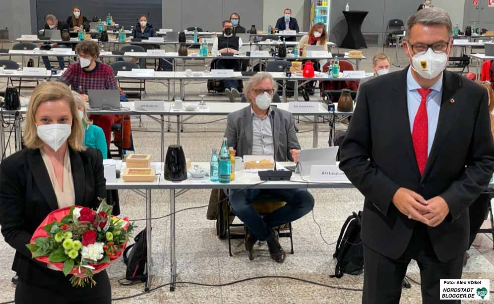 Oberbürgermeister Thomas Westphal gratulierte Heike Marzen nach der Bestellung durch den Rat.