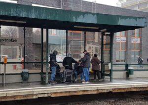 Nach dem Platzverweis stellten sich die Obdachlosen wegen des eisigen Regens an der Haltestelle unter.
