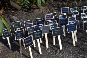 Neben einem Video Projekt erinnerten die Botschafter*innen auch mit kleinen Täfelchen am Mahnmal. Foto: Lara Schimmeregge