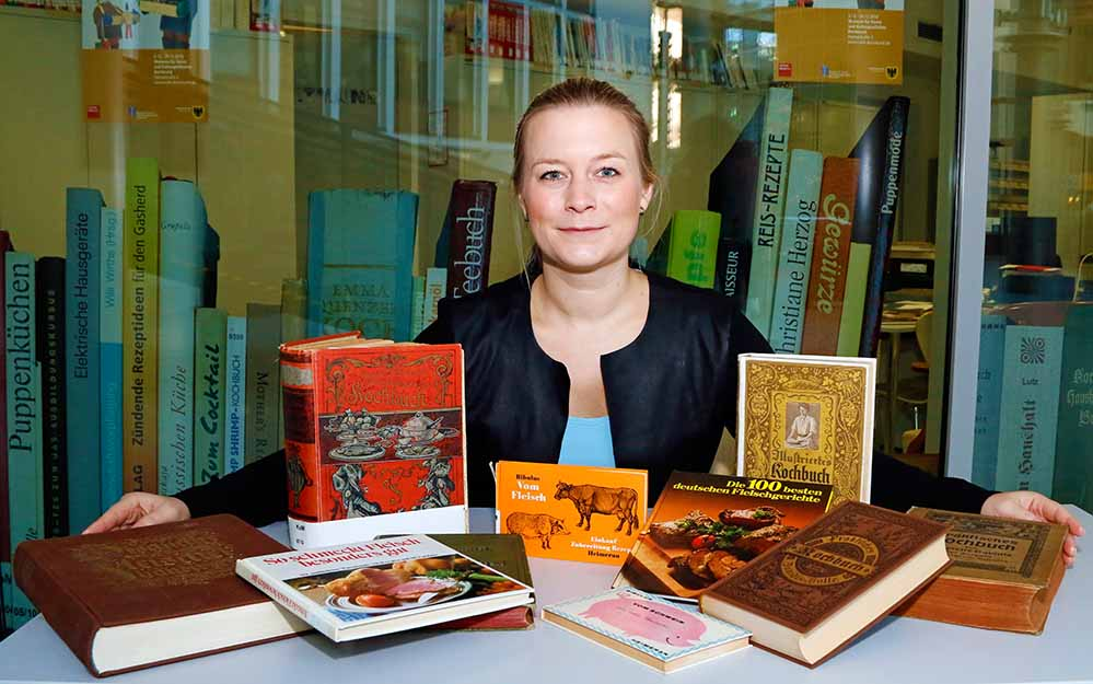 Corinna Schirmer vor der Historischen Bibliothek des Deutschen Kochbuch-Museums. Foto: Gaye Suse Kromer/ Dortmund-Agentur