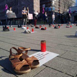 Durch 31 Paar Schuhe und 31 Grabkerzen wurde auf die beinahe täglich stattfinden Femizide in der Türkei aufmerksam gemacht.
