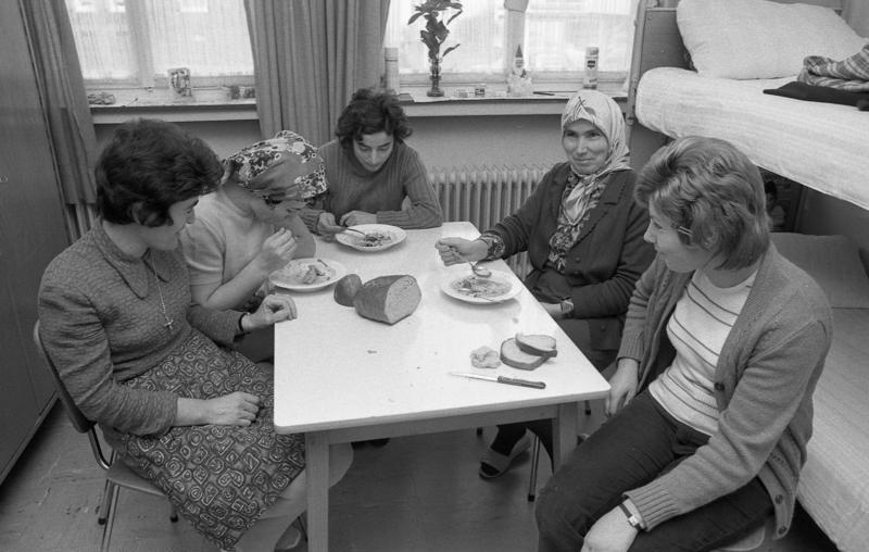 Unterbringung von Gastarbeiterinnen bei der Firma Brandt in Hagen, Zuwanderung, Gastarbeiter (Foto: Ulrich Wienke/ Bundesarchiv, 13 Dezember 1972, Quelle: Presse- und Informationsamt der Bundesregierung)