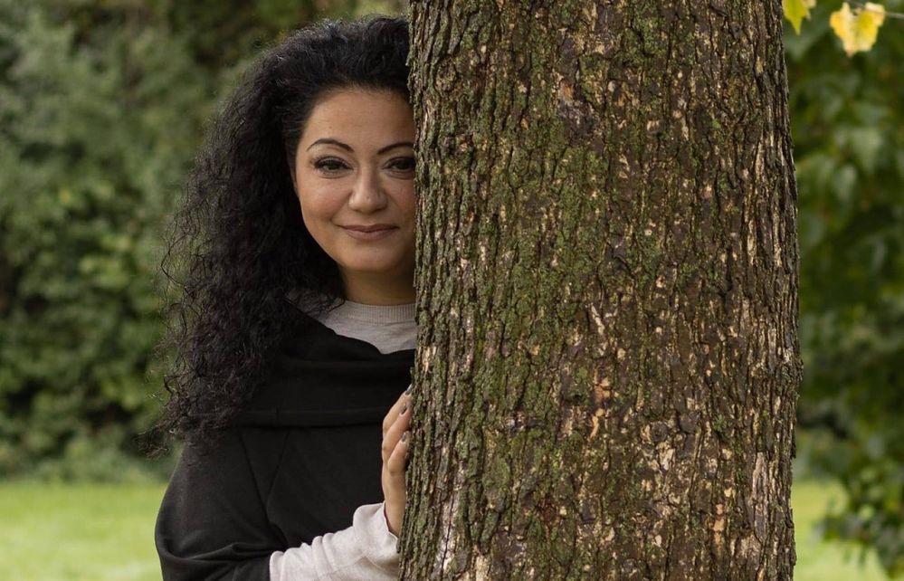Hadischa-Muhamedina-mit-ihrem-Buch-Spuren-fremder-Welten-am-Freitag-zu-Gast-beim-Nordstadt-Talk-