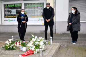 Stilles Gedenken: Witwe Elif Kubaşık, Oberbürgermeister Thomas Westphal, Tochter Gamze Kubaşık (v.l.n.r.).Foto: Torsten Tullius
