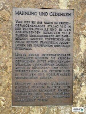 Das Mahnmal für die Kriegsgefangenen im Stalag IV D steht vor den Westfalenhallen. Fotos: Alex Völkel