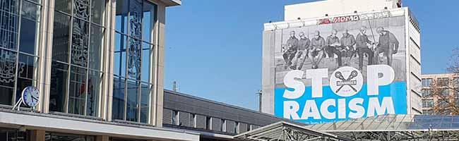 """Eine plakative Botschaft: """"STOP RACISM!"""" auf 500 Quadratmetern Fläche über dem Hauptbahnhof Dortmund"""
