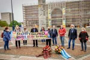 Der Arbeitskreis Dortmund gegen Rechtsextremismus und der Förderverein der Mahn- und Gedenkstätte Steinwache legten auf dem Friedensplatz Kränze nieder. Foto: Stephan Schütze