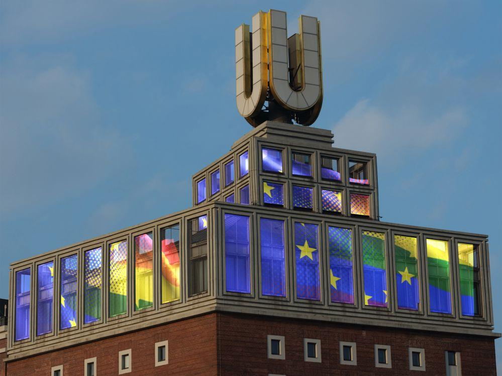 """Am Europatag, dem 9. Mai, hisst das Dortmunder U Flagge: Künstler Adolf Winkelmann lässt auf der Dachkrone virtuell die """"European Rainbow Flag"""" wehen. Damit setzt das Dortmunder U ein Zeichen für Frieden, Freiheit und Zusammenhalt sowie für die Gleichstellung aller, überall in Europa."""
