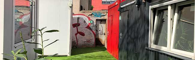 """Containerdorf vom Verein """"BB4u"""" macht Außengelände des Streetwork-Cafés in der Nordstadt zum """"Wohnzimmer"""""""