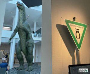 Der Iguanodon im Lichthof ist dank der Sonderausstellung nicht mehr allein.