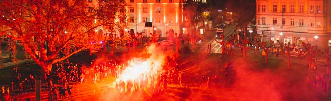 Trotz Ausgangssperre und Appellen: BVB-Fans feiern den Pokalsieg ihrer Borussen am Borsigplatz in Dortmund