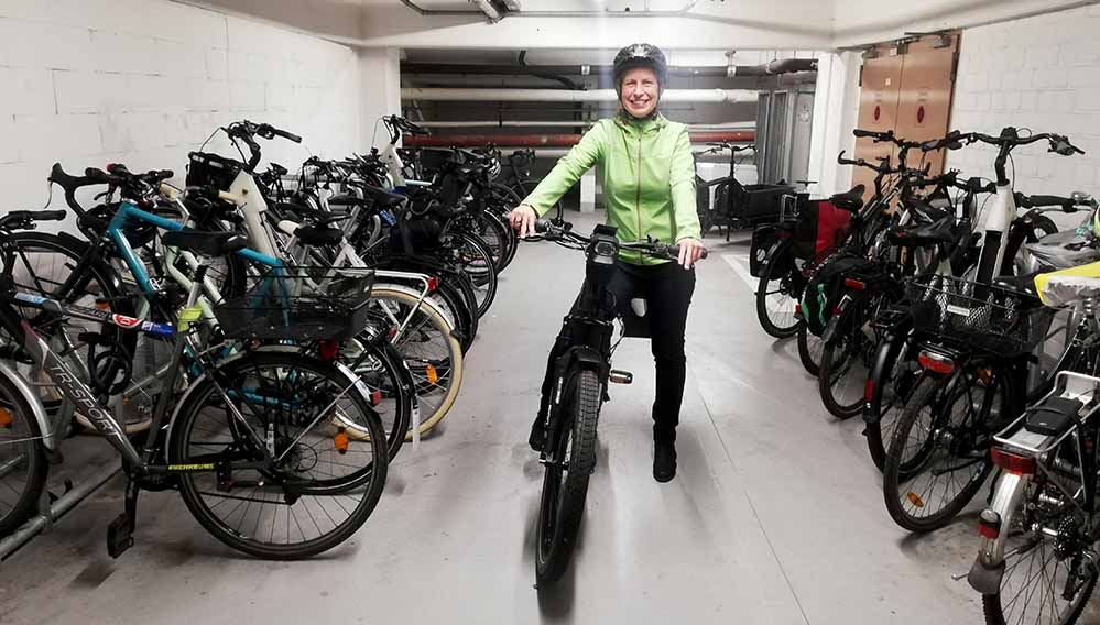 Tiefbauamtsleiterin Sylvia Uehlendahl in der Fahrradgarage des Tiefbauamtes. Foto: Stadt