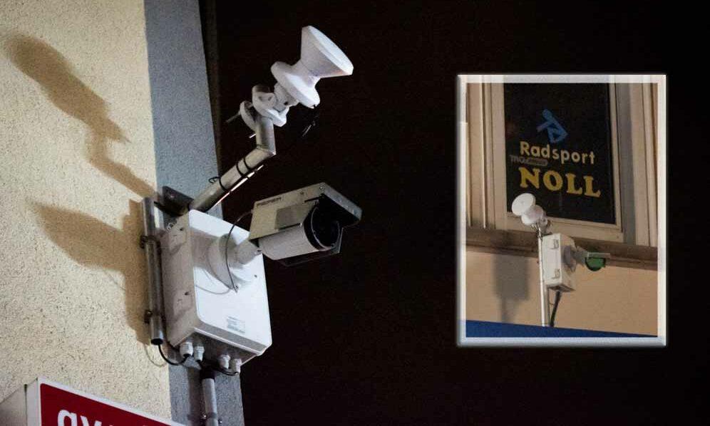 Die Überwachungskameras im Bereich der Münsterstraße sollen außerhalb der Zeiten in denen sie Aufzeichnen mit einem davorgeklappten Blech abgedeckt werden. Als wir uns die Situation anschauten waren die Kameras um 1 Uhr nicht abgedeckt. Einzig die Kamera über dem Ladenlokal Radsport Noll war in der Nacht zum 09.06. abgedeckt. Trotzdem soll laut Polizeiangaben keine der Kameras nach Mitternacht aufzeichnen. Fotos: Alix von Schirp