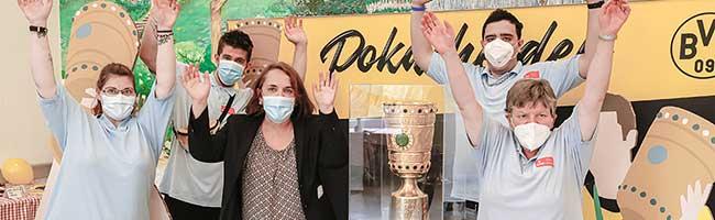 Pokal-Fieber in den AWO-Werkstätten: Borussia Dortmund stellte die DFB-Trophäe in Lindenhorst aus