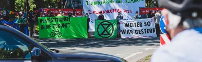 """""""Extinction Rebellion"""" blockierte am Sonntag mehrere Stunden die B1 – Protest rief Vielzahl an Polizeikräften auf den Plan"""