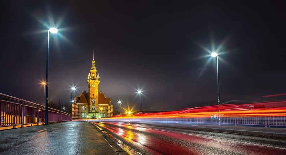 Das Dortmunder Hafenamt bei Nacht. Foto: Evgeni Tcherkasski/ Pixabay