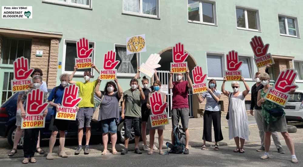 """Eine symbolische Aktion gab es vor dem """"Belvona""""-Bestand in der Nordstadt. Fotos: Alex Völkel"""