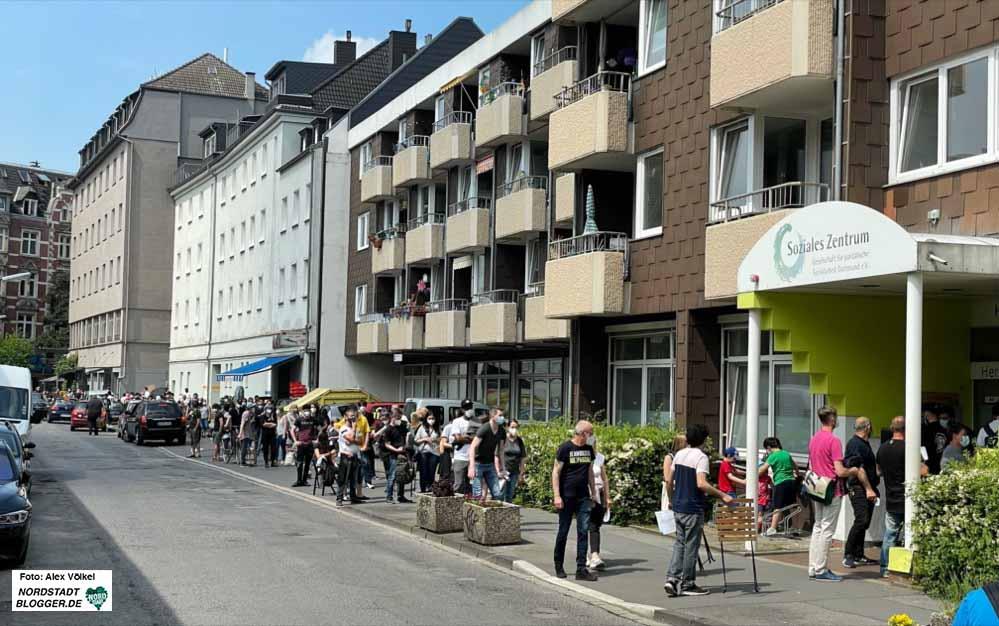 Rund um den Häuserblock ging die Warteschlange vor dem Sozialen Zentrum. Fotos: Alex Völkel