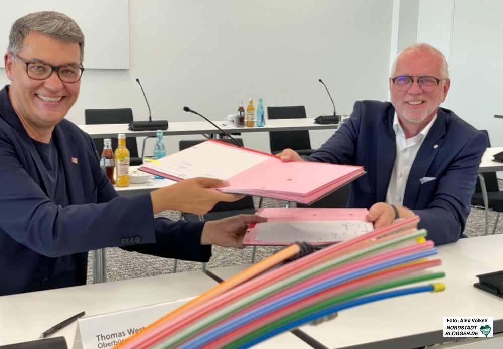 OB Thomas Westphal mit DOKOM21-Geschäftsführer Jörg Figura (v.l.) bei der Vertragsunterzeichnung. Foto: Alex Völkel